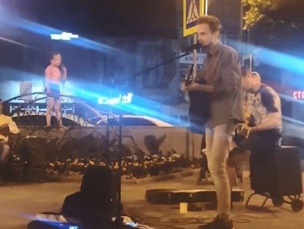 Компанию Полине Гагариной, Ольге Кормухиной и Земфире составил уличный музыкант из Пятигорска