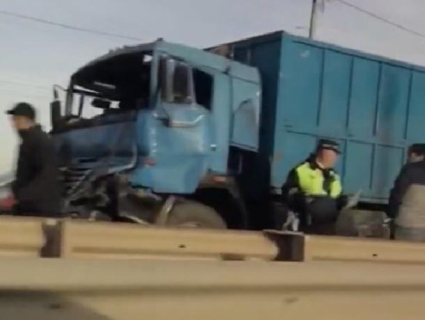 Фура с прицепом столкнулась с грузовиком и попала на видео в Ставрополе