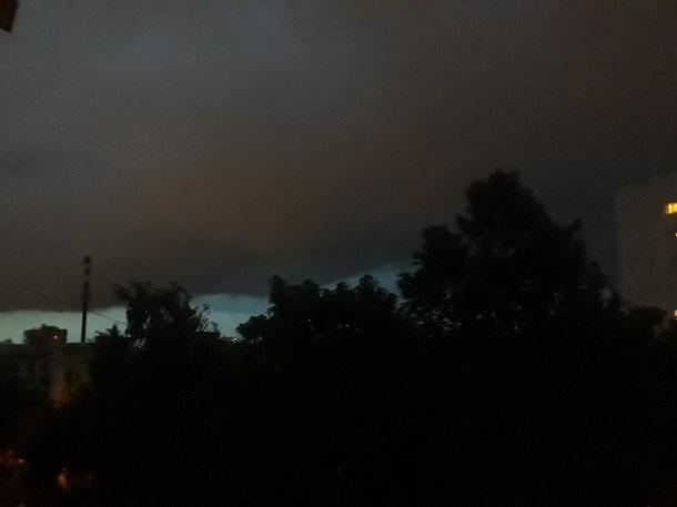 «Надвигается что-то страшное»: «тяжелые» серо-розовые тучи перед бурей попали на видео в Ставрополе
