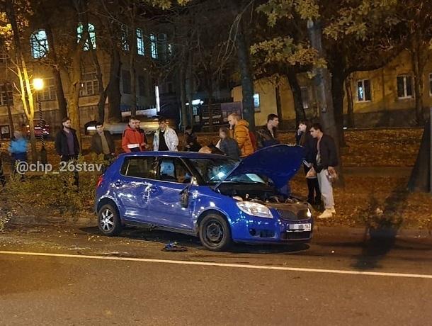 «Шкода» снесла дерево в центре Ставрополя из-за отказавших тормозов
