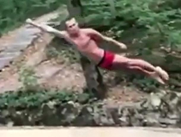 «Ставропольский Супермен» продемонстрировал эффектный прыжок в воду и попал на видео