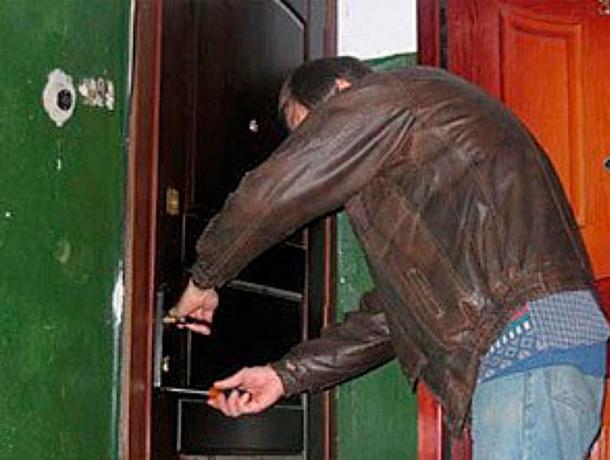 Злоумышленник обокрал квартиру в присутствии хозяйки в Ессентуках