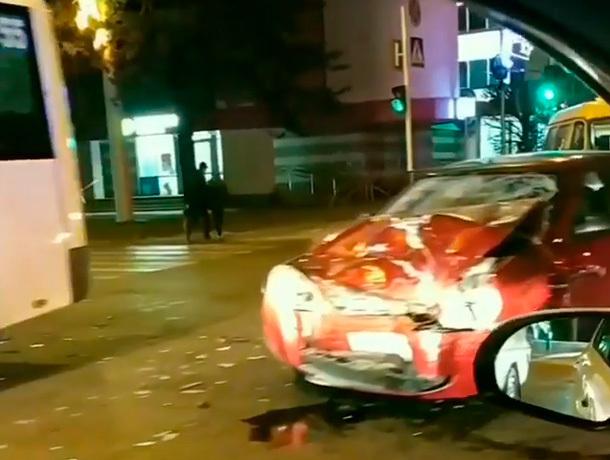Пассажирская маршрутка и «Приора» столкнулись лоб в лоб на перекрестке в Ставрополе