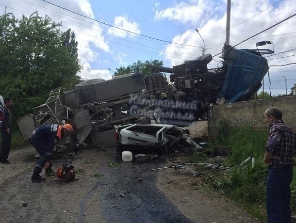 ВСтаврополе бетономешалка упала на«Ниву», есть жертвы