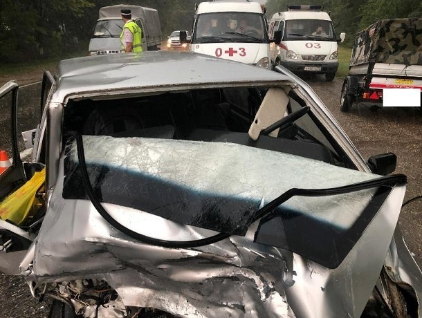 В трагедии вСтаврополье погибла пассажирка авто, ранены ее супруг иребенок
