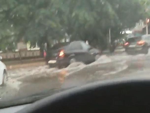 «И вот опять»: центральные улицы Ставрополя затопило после дождя
