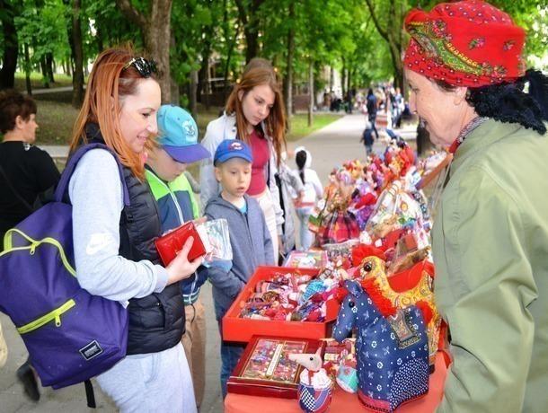Магические куклы и одуванчики для волос удивили прохожих на уличной выставке в Ставрополе
