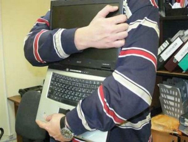 Мужчина, работавший программистом в сельской школе на Ставрополье, похитил оттуда 11 ноутбуков