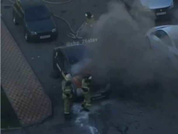 В Ставрополе на парковке загорелся автомобиль