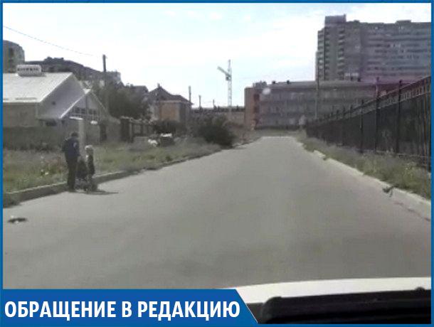«Детям приходится идти в школу по проезжей части посреди «летающих» машин!» - жительница Ставрополя