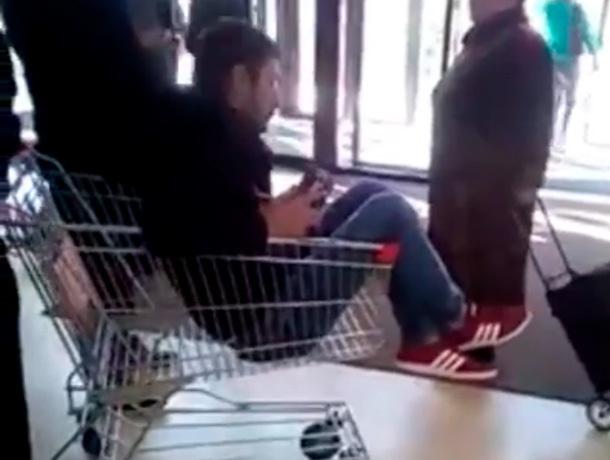 Мужчина требовал покатать его в продуктовой тележке по рынку в Ставрополе