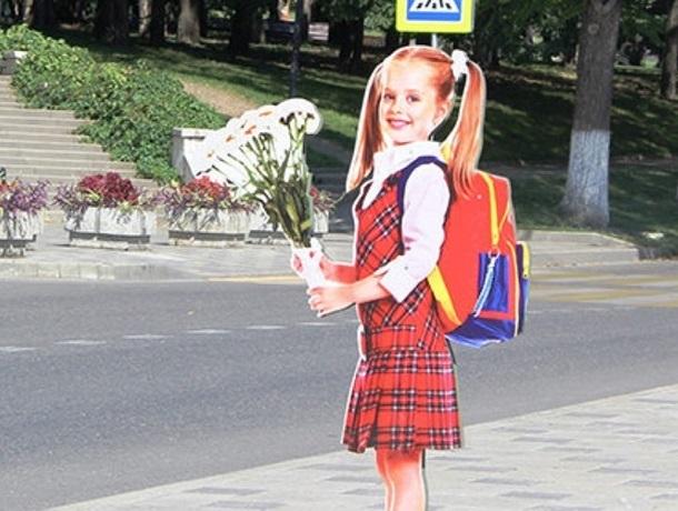 Картонную девочку-пешехода сломали вандалы спустя месяц после ее появления в Пятигорске
