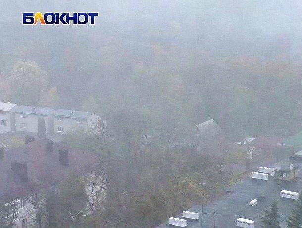 Мокрый снег и сильный ветер испортили последнее октябрьское утро ставропольцам