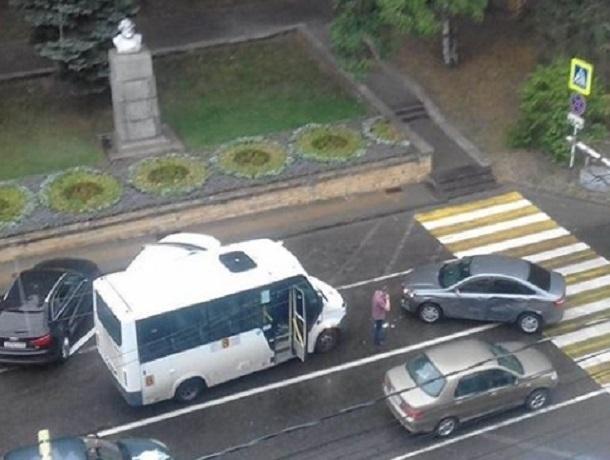 Маршрутка столкнулась с иномаркой рядом со зданием администрации Ставрополя