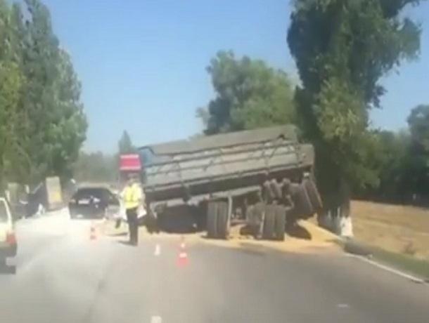 Последствия страшной аварии с покореженной фурой с зерном и грузовиком в кювете на трассе Ростов-Ставрополь попали на видео