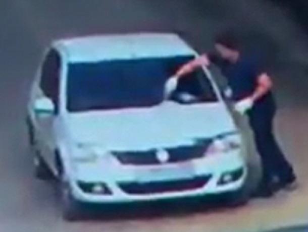 Дерзкий поджог автомобиля «Рено» в курортной зоне Ессентуков попал на видео