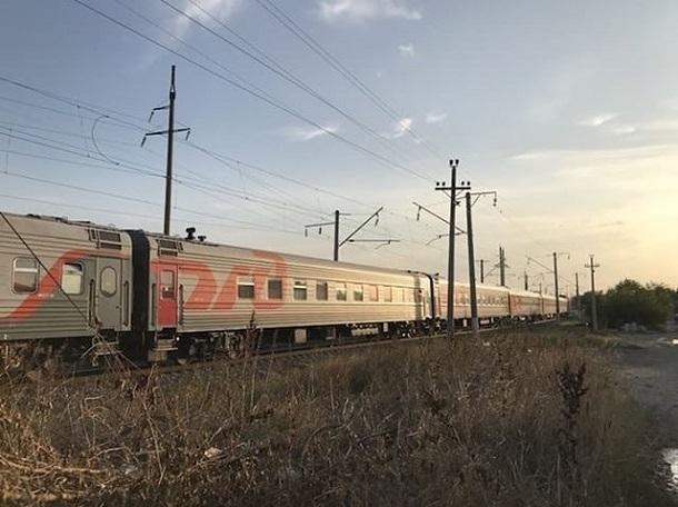 Молодой человек в наушниках попал под поезд на Ставрополье - мужчине отрезало ногу