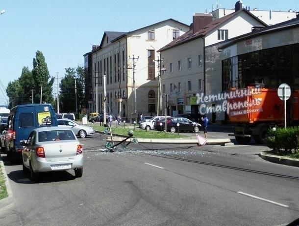 Водитель мусоровоза сбил столб с электрическими проводами в Ставрополе