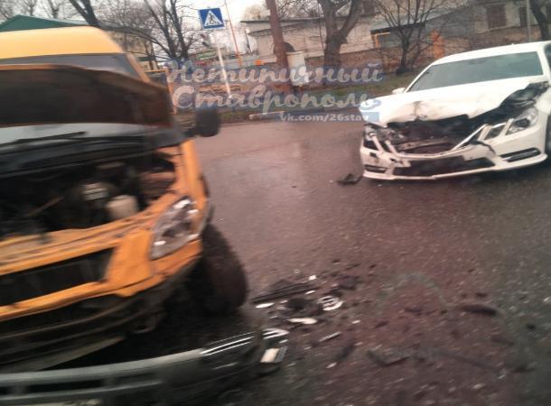 Пассажирская маршрутка и «Мерседес» столкнулись на перекрестке в Ставрополе