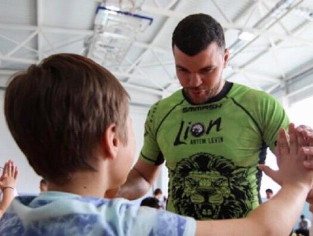 Легенда российского тайбокса обучил приёмам пятигорских подростков