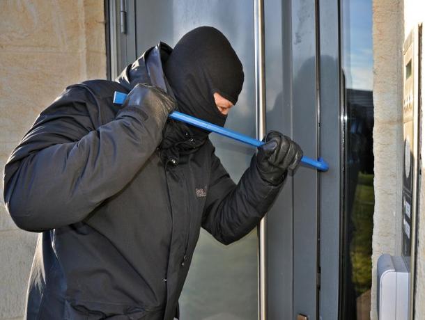 На Ставрополье воры ворвались в дом к пенсионеру и ограбили его