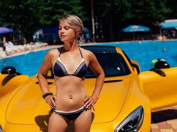 «Горячую» фотосессию с «Мерседесом» устроила сексуальная ставропольчанка в купальнике