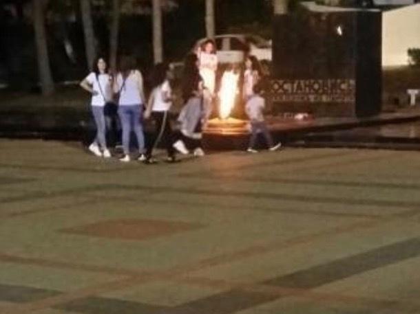 В Пятигорске девушки прогулялись по постаменту Вечного огня