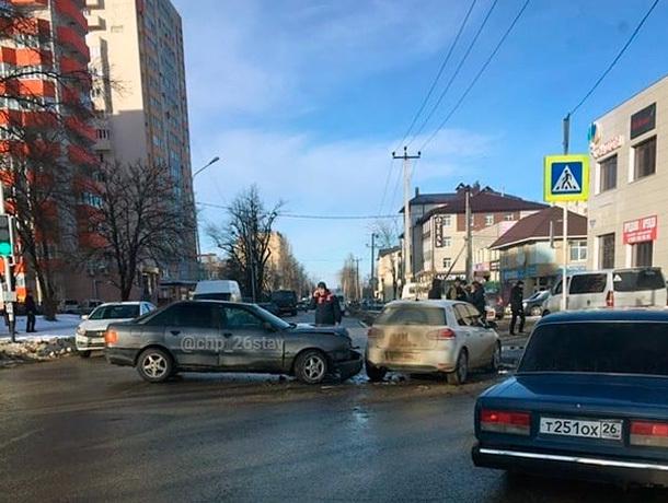 Два автомобиля создали огромную пробку в Ставрополе