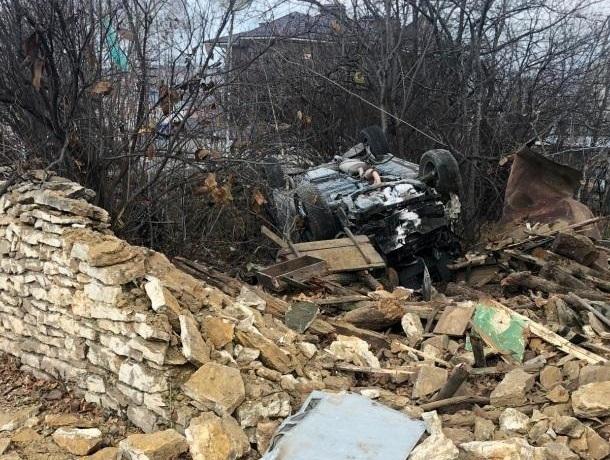 Автомобиль врезался в каменный забор и перевернулся в Кисловодске, - водитель погиб