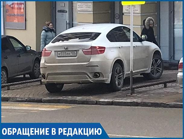 «Паркуюсь как хочу»: автохам оставил машину поперек тротуара в центре Ставрополя