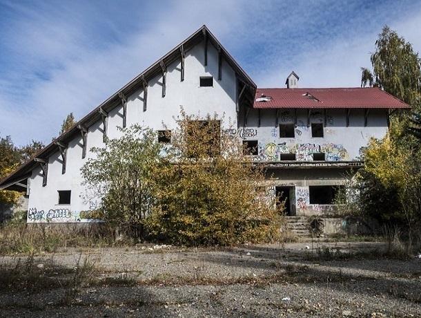 Кто обитает в загадочном и недостроенном здании гостиницы в парке «Победы» в Ставрополе