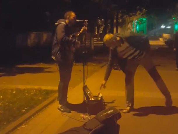 Уличный певец впечатлил пятигорцев крутым исполнением хита группы SunSay