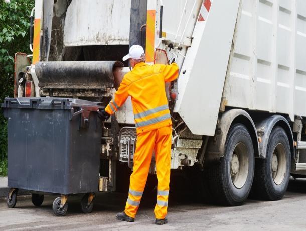 На Ставрополье водитель мусоровоза перевозил пассажиров в багажнике