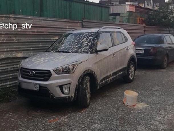 «Не доброе утро»: припаркованный на улице внедорожник облили краской в Ставрополе