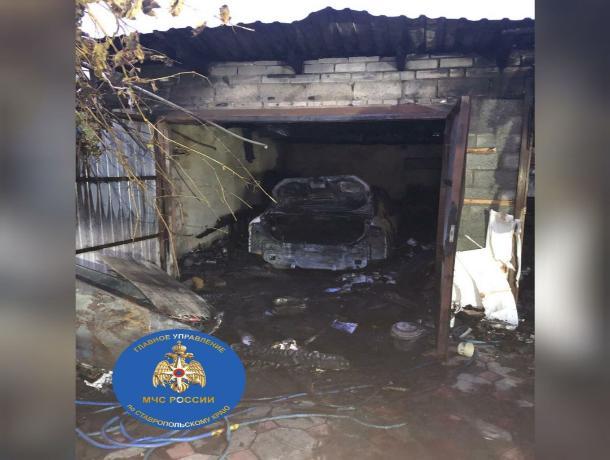 На Ставрополье в гараже загорелся автомобиль