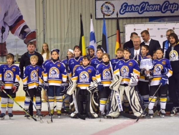 Юные хоккеисты из Невинномысска встретились на льду Новомосковска с Фетисовым и Буре