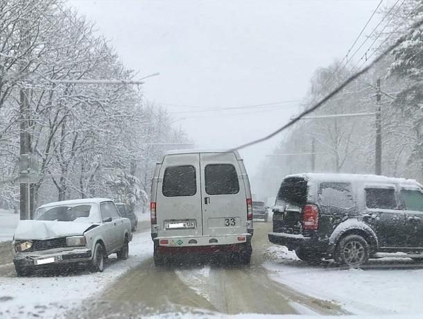 Ситуация на трассах Ставрополья резко осложнилась из-за снегопада