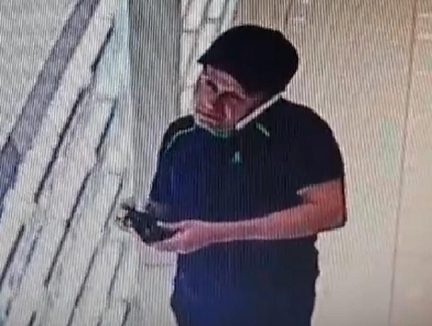 Мужчина в чёрной кепке и спортивных штанах украл парфюм в МЦ «Космос» в Ставрополе