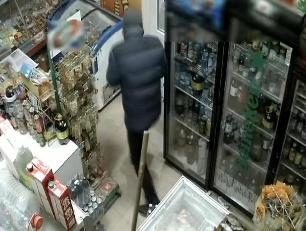 Продавщица отбилась шваброй от вооруженного грабителя в Минводах