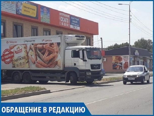 «Фуры с продуктами в «Пятерочку» перекрывают тротуар, детям приходится идти по дороге», - житель Михайловска