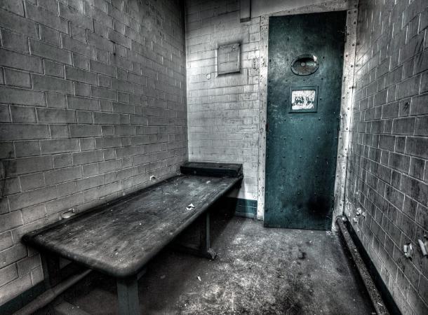 Заключенный свел счеты с жизнью из-за халатности полицейского на Ставрополье