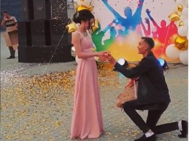 На Ставрополье на выпускном вечере молодой человек сделал предложение девушке