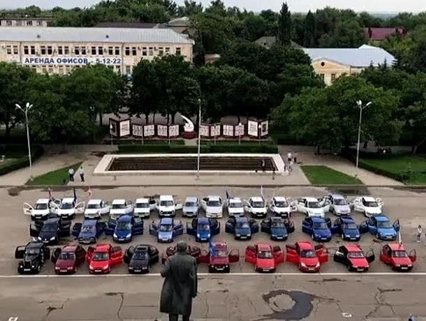 Впечатляющий российский триколор из автомобилей  собрали в день России на Ставрополье