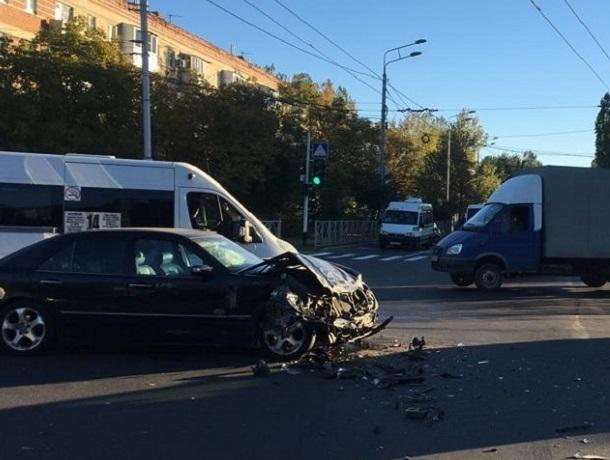 Мать с ребенком находились в перевернувшейся в ДТП с «Мерседесом» «скорой» в Ставрополе