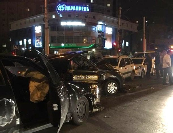 Черная «Приора» ехала по «встречке» на «красный» и врезалась в такси на перекрестке в Ставрополе