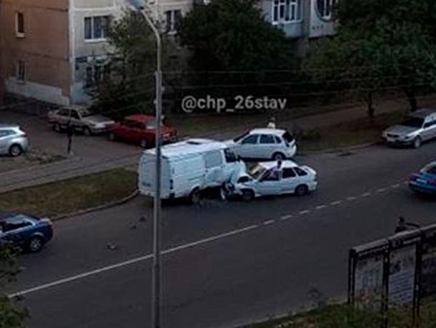Лада жестко «бортанула» «Газель» на одной из улиц Ставрополя