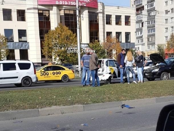 «Случайность?»: два ДТП на одном участке дороги попали на видео в Ставрополе