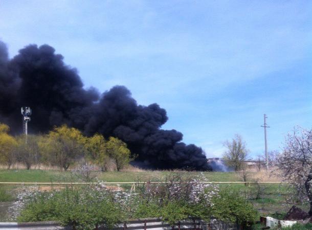 Пожар с густым черным дымом произошел на Старомарьевском шоссе в Ставрополе