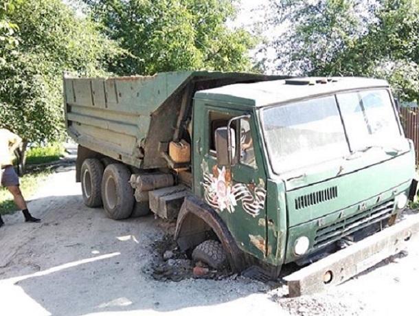 Большегруз провалился в асфальтную «ловушку» на Ставрополье