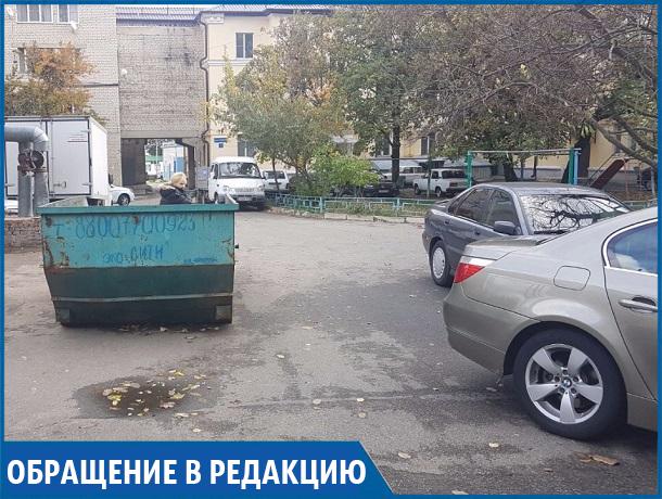 «Ни заехать, ни выехать»: мусорный контейнер посреди двора мешает жить жителям Ставрополя